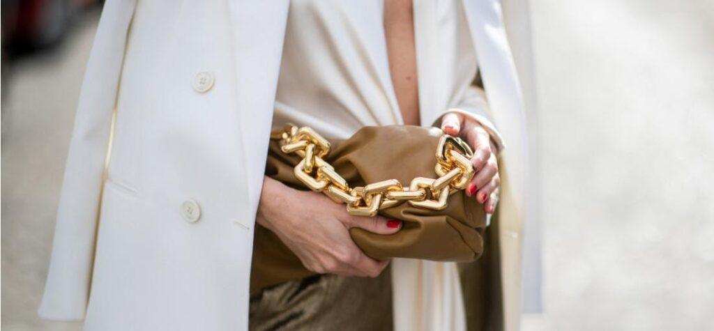 bolso de mujer con cadena dorada