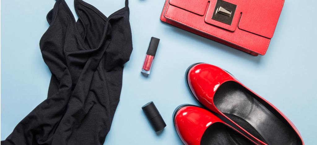 pequeño vestido negro y zapatos de tacón rojos