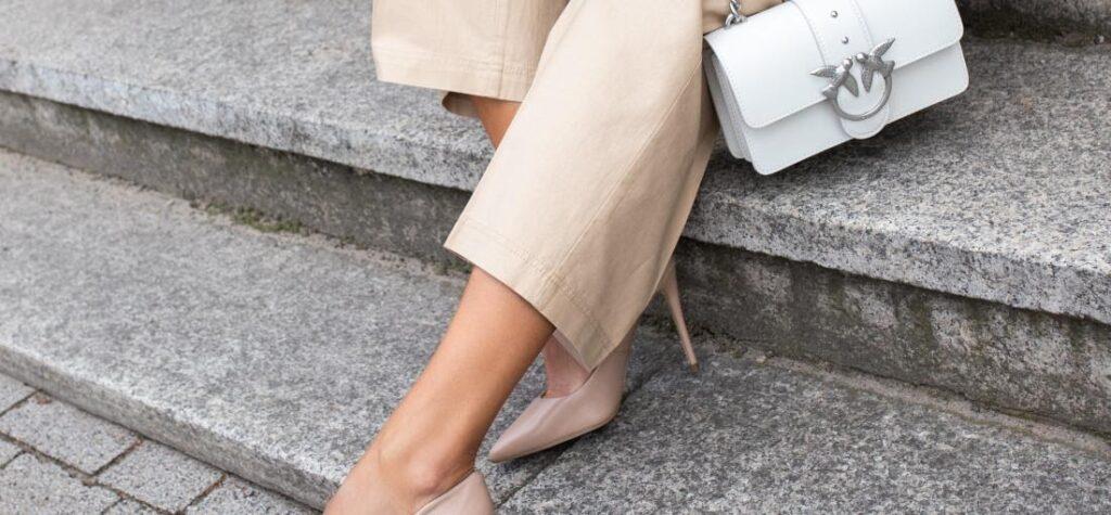 pantalón suelto de mujer en beige, zapatos de tacón de aguja beige