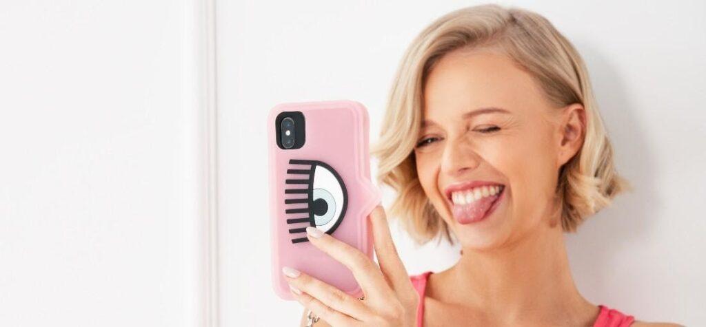mujer con móvil, carcasa rosa