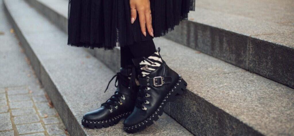 botines negros de estilo rockero con detalles