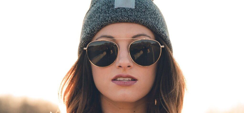 mujer con gafas de sol oscuras